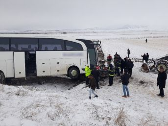 Kahramanmaraş'ta Yolcu Otobüsü İle Otomobil Çarpıştı: 1 Ölü, 2 Yaralı