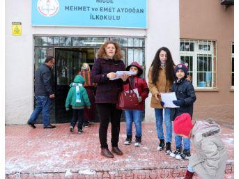Niğde'de Öğrenciler Tatil Olmasına Rağmen Okullara Giderek Karne Aldı