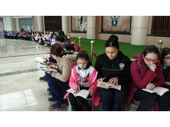 Öğrenciler Polislerle Kitap Okudu