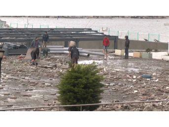 Dev Dalgalar Köprüye Zarar Verdi, Sahil Yolu Kapatıldı, Ulaşım Tek Şeride Düştü