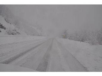 Devrek'te Karla Kapanan Köy Yolları Ekiplerce Açılıyor