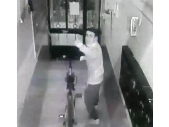 Bisikleti Çaldı, Güvenlik Kamerasına El Hareketleriyle Mesaj Bıraktı
