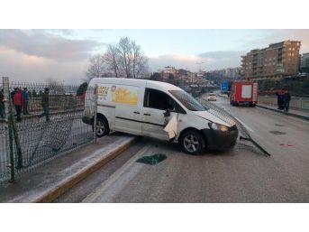 Buzlanan Yolda Otomobiller Kaza Yaptı