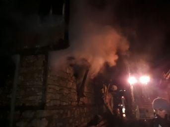 Evlerinde mahsur kalan yaşlı çift yanarak can verdi ile ilgili görsel sonucu