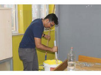 Silopi İlçesinde Bulunan Öğretmenler Tatillerini Sınıfları Boyayarak Geçiriyor