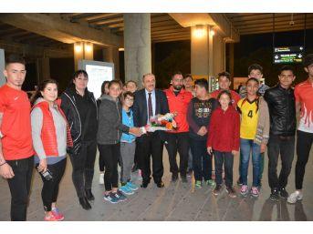 Dalamanlı Sporcular Başkanlarını Çiçeklerle Karşıladı
