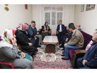 Ab Bakanı Çelik, Otobüste Hakarete Uğrayan Şehit Annesini Ziyaret Etti