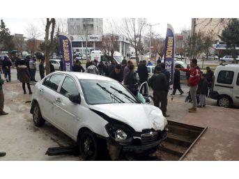 Adıyaman'da Kontrolden Çıkan Otomobil Dehşet Saçtı: 2 Yaralı