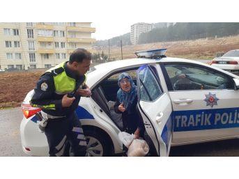 Yaşlı Kadına Polis Ekibi Yardım Etti