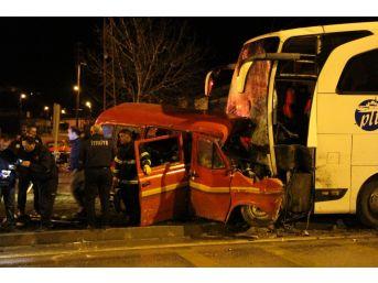 Amasya'da Yolcu Otobüsüyle Minibüs Çarpıştı: 1 Ölü, 4 Yaralı