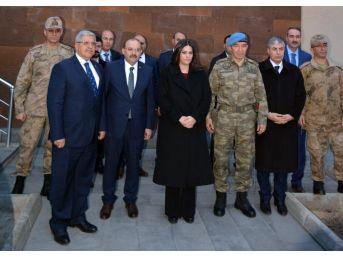 Bakan Sarıeroğlu'ndan 10. Komando Tugayına Taziye Ziyareti