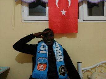 Nijeryalı Futbolcudan Mehmetçik İçin Asker Selamı