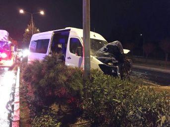 Minibüs Refüje Çarptı: 1 Yaralı