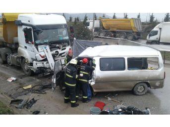 İşçileri Taşıyan Minibüs İle Hafriyat Kamyonu Kafa Kafaya Çarpıştı: 2 Ölü, 4 Yaralı