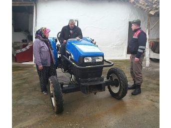 Çalınan Traktörlerini Bulan Jandarmaya Sarıldı