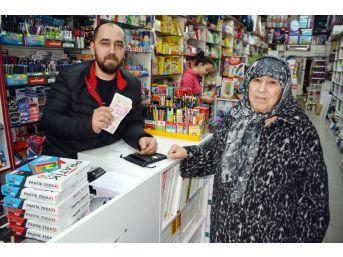Dükkanının Önünde Bulduğu 17 Bin Lirayı Sahibine Teslim Etti