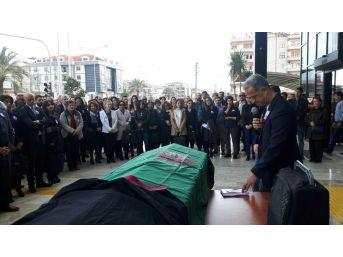 Hayatını Kaybeden Avukat İçin Meslektaşları Adliye Önünde Tören Düzenledi
