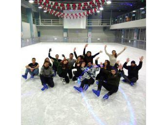 Üniversiteli Öğrencilerden Buz Paten Pistine İlgi