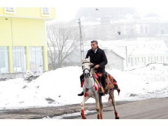 Chp'li Yılmaz, Ardahan'ın Kurtuluş Töreninde At Bindi