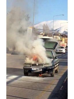Erzurum'da Yanan Otomobil Küle Döndü
