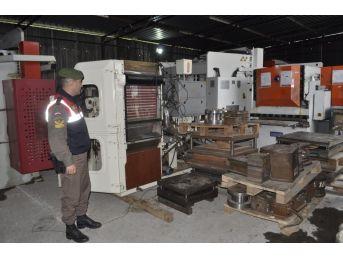İzmir'de Kaçak Sigara Fabrikasına Baskında 1 Ton Tütün Ele Geçirildi