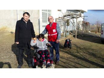 Engelli Genç Kıza, Akülü Tekerlekli Sandalye Hediye Edildi