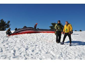 Kar Üstende Paraşüt Keyfi