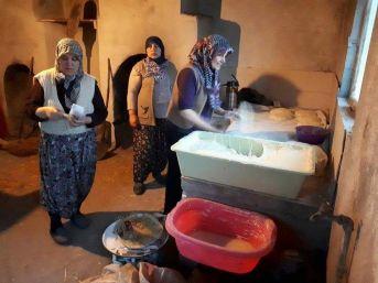 Köylü Kadınlar Yaptıkları Ekmekleri Satıp Parasını Mehmetçik Vakfı'na Bağışladı