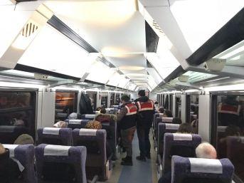 Jandarma Hareket Halindeki Tren İçinde Köpeklerle Arama Yaptı