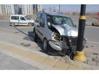 Sivas'ta İki Hafif Ticari Araç Çarpıştı: 6 Yaralı