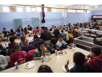 Vali Sonel'den 332 Öğrenciye Kahvaltı Desteği