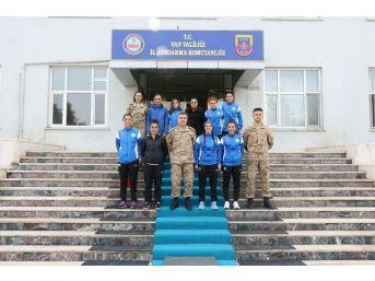 Hakkarigücü Spor Kadın Futbol Takımından Jandarmaya Teşekkür Ziyareti