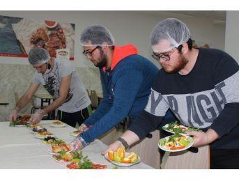 Bu Kez Öğrenciler Kadın Aşçılar İçin Mutfağa Girdi