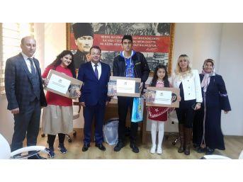 İstiklal Marşı'nı En Güzel Okuyan Öğrencilere Bilgisayar Ödülü