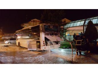 Düzce'de Özel Halk Otobüsü Motor Kısmından Yandı