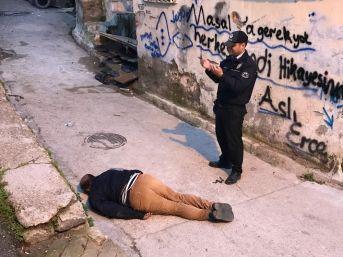İzmir'de Sokak Ortasında Ceset Bulundu, Polis Başında Dua Etti
