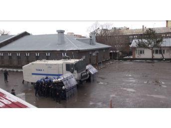 Kars'ta Çevik Kuvvet'in Yağmur Altına Tatbikatı Nefes Kesti
