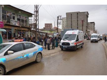 Yüksekova'da Fırtına Çatıları Uçurdu: 1 Yaralı
