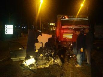Kamyon İle Otomobil Çarpıştı: 2 Yaralı