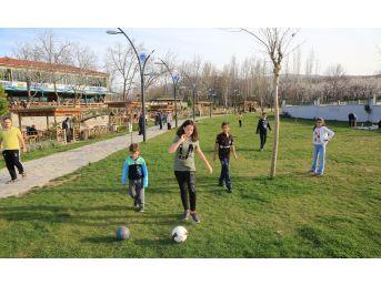 Galip Demirel'e Çınar Park'a Vatandaşlardan Yoğun İlgi