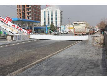 Sivas'ta Kuvvetli Rüzgarın Etkisi İle Caddeye Devrilen Tabela, Yolu Araç Ulaşımına Kapattı