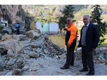 Afad Müdürü Mahalleliyi Dev Kaya Parçalarından Kurtardı