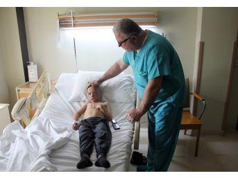 (özel) Hakkari'de Yüzü Ve Kafası Yanan 7 Yaşındaki Çocuk İstanbul'da Ameliyat Edildi