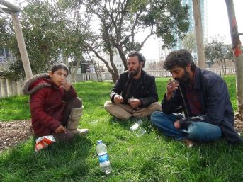 (özel) Taksim'de Suriyeli Dilencilerin İçki Alemi Kameraya Yansıdı