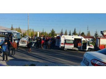 Niğde'de Hafif Ticari Araç İle Minibüs Çarpıştı: 4 Yaralı