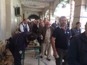 Kocaali Polislerinden, Cuma Namazı Çıkışı Vatandaşlara İkram