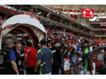 Antalyaspor Taraftarlarından Eto'o'ya Paralı Protesto