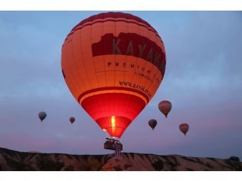 Kapadokya'da Balonlar Nevşehirspor Bayraklarıyla Havalandı