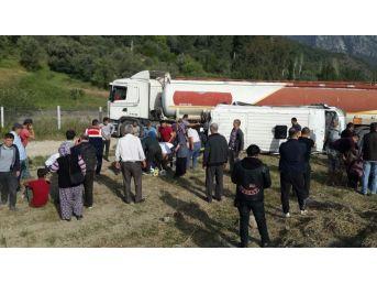 Antalya'da Akaryakıt Tankeri İle Öğrenci Servisi Çarpıştı: 1'i Ağır 16 Yaralı (2)