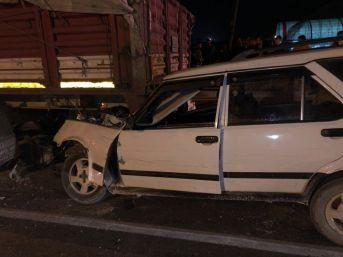Tıra Çarpan Otomobilde Sıkışarak Hayatını Kaybetti